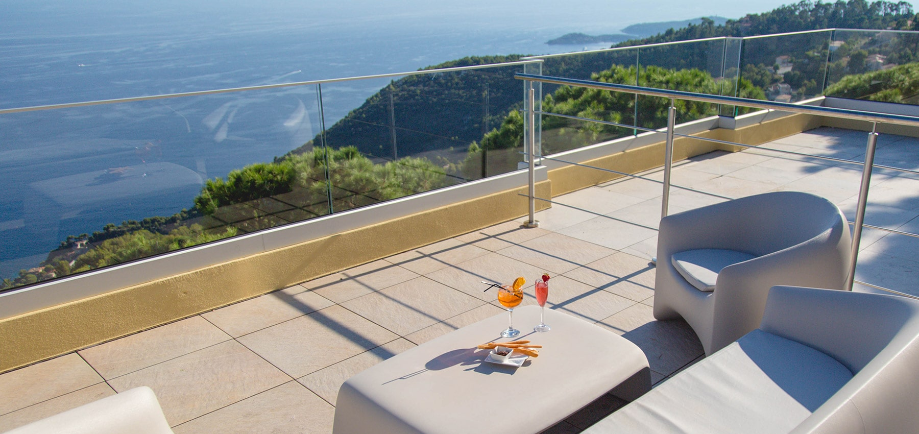 Lounge Bar in Eze with a panoramic ocean view between sky